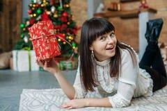 La mujer hermosa joven consiguió una caja de regalo Año Nuevo del concepto, feliz Ch Fotos de archivo libres de regalías