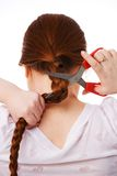 La mujer hermosa joven corta el pelo largo rojo Imágenes de archivo libres de regalías