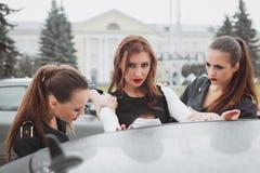 La mujer hermosa joven de la policía para el coche para comprobar el carné de conducir Foto de archivo