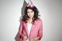 La mujer hermosa joven en ropa brillante celebra su cumpleaños Fotos de archivo libres de regalías