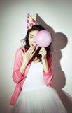 La mujer hermosa joven en ropa brillante celebra su cumpleaños Foto de archivo