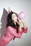 La mujer hermosa joven en ropa brillante celebra su cumpleaños Foto de archivo libre de regalías