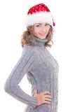 La mujer hermosa joven en ropa del invierno y el sombrero de santa aisló o Imagen de archivo libre de regalías