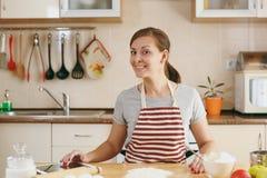 La mujer hermosa joven está cocinando en la cocina imágenes de archivo libres de regalías