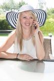 La mujer hermosa joven está teniendo una llamada de teléfono Imagen de archivo