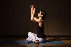 La mujer hermosa joven hace la aptitud que presenta, asanas de la yoga Foto de archivo libre de regalías