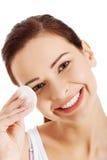 La mujer hermosa joven limpia el maquillaje del ojo Fotos de archivo libres de regalías