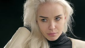 La mujer hermosa joven mira la reflexión Modelo del blonde de la manera Muchacha atractiva del estudiante metrajes