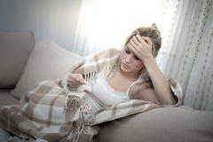 La mujer hermosa joven no se siente bien Imagen de archivo