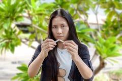 La mujer hermosa joven que sostiene el cigarrillo roto, gente fuma cig Fotos de archivo libres de regalías