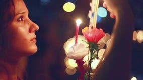 La mujer hermosa joven quema la vela en un carnaval para celebrar a Loy Krathong Festival almacen de video