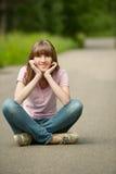 La mujer hermosa joven se sienta en loto Foto de archivo