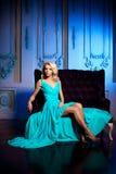 La mujer hermosa le gusta una princesa en el palacio Ricos lujosos fa Fotos de archivo libres de regalías