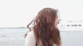 La mujer hermosa mira el mar Primer metrajes