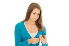 La mujer hermosa mira el teléfono sorprendida Imagenes de archivo