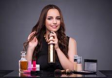 La mujer hermosa que aplica maquillaje en concepto de la moda imagen de archivo libre de regalías