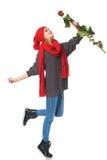 La mujer hermosa que llevaba a cabo rojo se levantó Foto de archivo