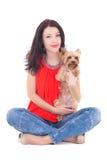 La mujer hermosa que se sienta con su terrier de Yorkshire del pequeño perro es Imagen de archivo libre de regalías