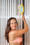 La mujer hermosa se coloca en solarium Foto de archivo