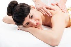 La mujer hermosa se relaja en el masaje Fotografía de archivo