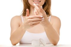 La mujer hermosa sienta un tarro de crema de la mano Imagenes de archivo