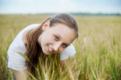La mujer hermosa sonríe en campo foto de archivo libre de regalías