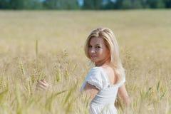 La mujer hermosa sonríe en campo Fotografía de archivo libre de regalías