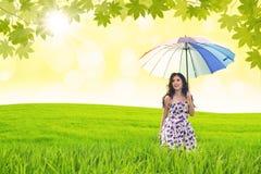 La mujer hermosa sostiene el paraguas imagen de archivo