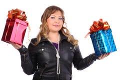 La mujer hermosa sostiene los rectángulos con los regalos fotos de archivo