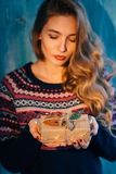 La mujer hermosa sostiene un regalo de la Navidad Fotos de archivo libres de regalías