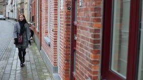 La mujer hermosa va en cámara en la calle europea almacen de metraje de vídeo