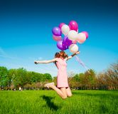 La mujer hincha, altura completa, parque de la ciudad, salto Fotografía de archivo libre de regalías