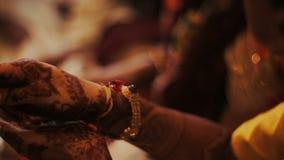 La mujer hindú lleva a cabo sus manos con el mehendi para ruega metrajes
