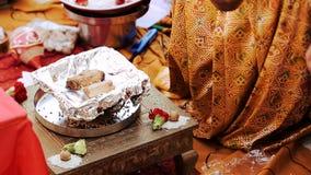 La mujer hindú vierte el aceite sobre las nueces almacen de metraje de vídeo
