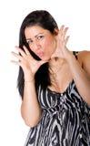 La mujer hispánica atractiva dice exitazo imagen de archivo