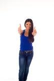 La mujer hispánica atractiva joven en top casual y los vaqueros que sonríen donante feliz y alegre manosean con los dedos para ar Fotos de archivo libres de regalías