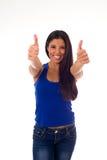 La mujer hispánica atractiva joven en top casual y los vaqueros que sonríen donante feliz y alegre manosean con los dedos para ar Fotos de archivo