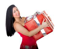 La mujer hispánica lleva un rectángulo de regalo Fotos de archivo