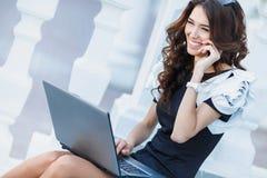 La mujer, hombre de negocios acertado que trabaja en el ordenador portátil fotografía de archivo
