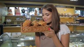 La mujer huele los cruasanes almacen de metraje de vídeo