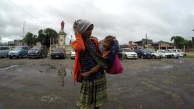 La mujer indígena que abraza a su niño pide limosnas almacen de video