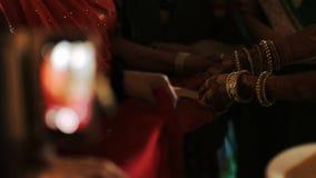 La mujer india balancea la nuez en la placa metrajes