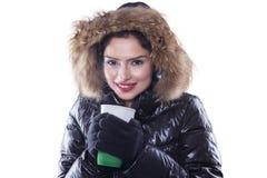 La mujer india con invierno viste el café caliente de los controles Imágenes de archivo libres de regalías