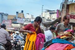 La mujer india elige la ropa en el mercado de Russell en Bangalore Fotografía de archivo