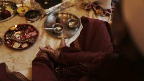 La mujer india en traje rojo se sienta en el piso metrajes