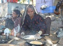 La mujer india está haciendo el chapati Fotografía de archivo libre de regalías
