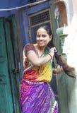 La mujer india se peina el pelo en ella Fotos de archivo