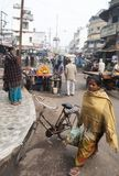 La mujer india trae detrás los ultramarinos de un mercado callejero en Bihar foto de archivo libre de regalías