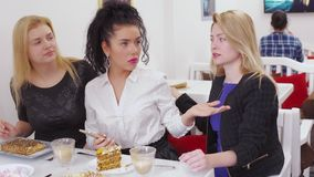 La mujer infeliz joven llama el camarero en café y ultrajada debido al servicio pobre metrajes