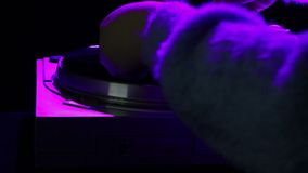 La mujer inserta un disco de vinilo en el jugador